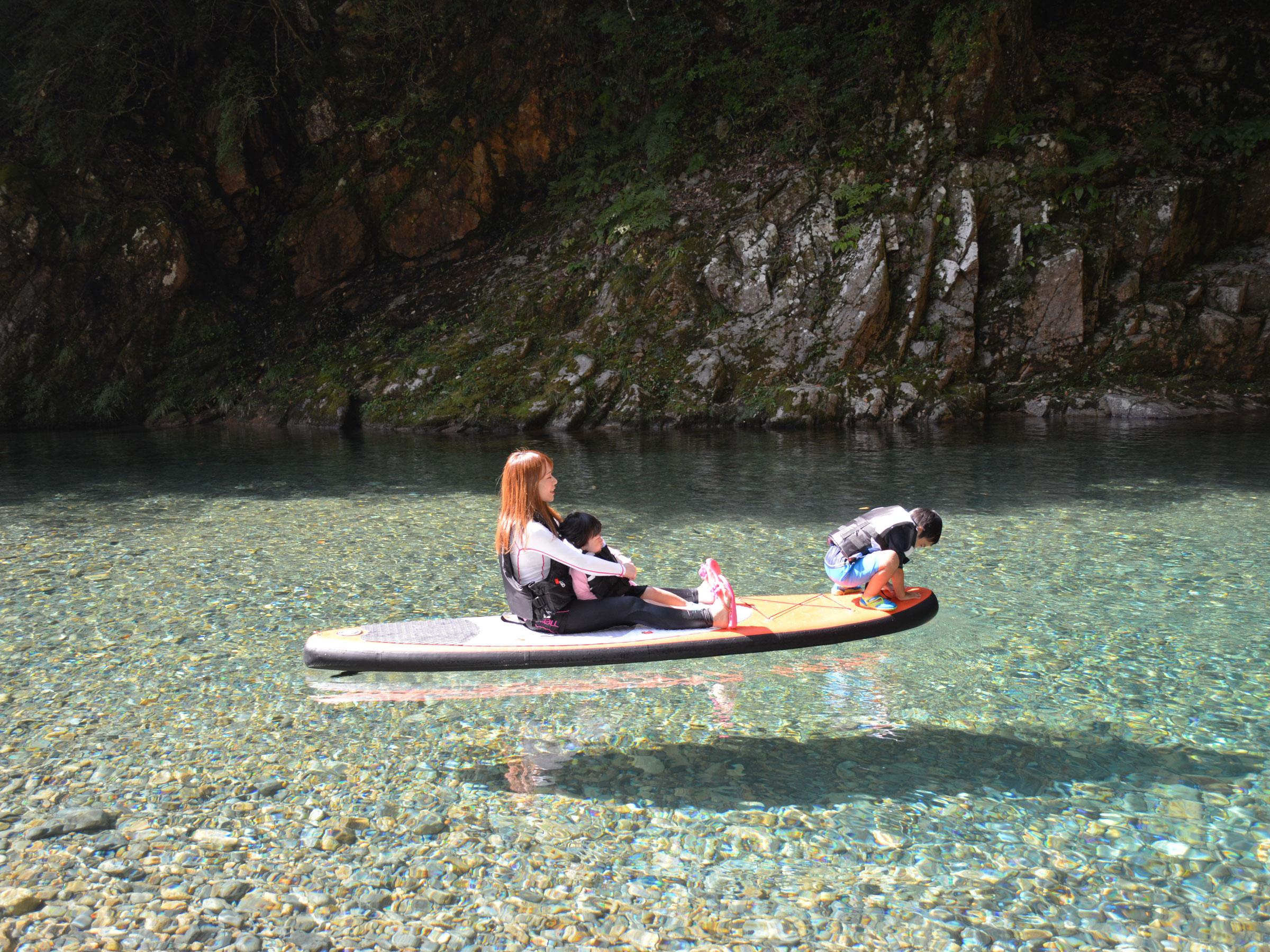【岐阜県】夏の絶景・風物詩5選 ボートが宙に浮いて見えるほど透明な川