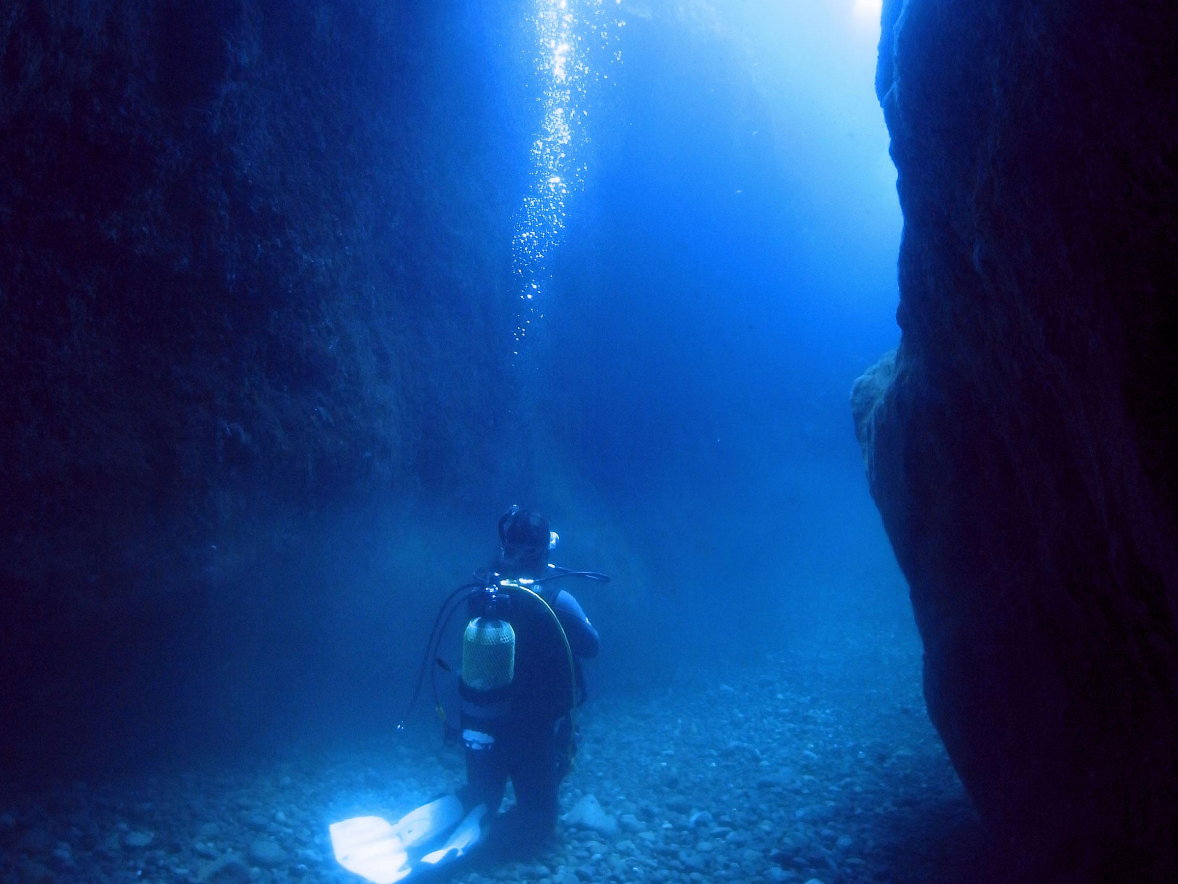 いつか行きたい! 夏の絶景 日本にある「青の洞窟」3スポット