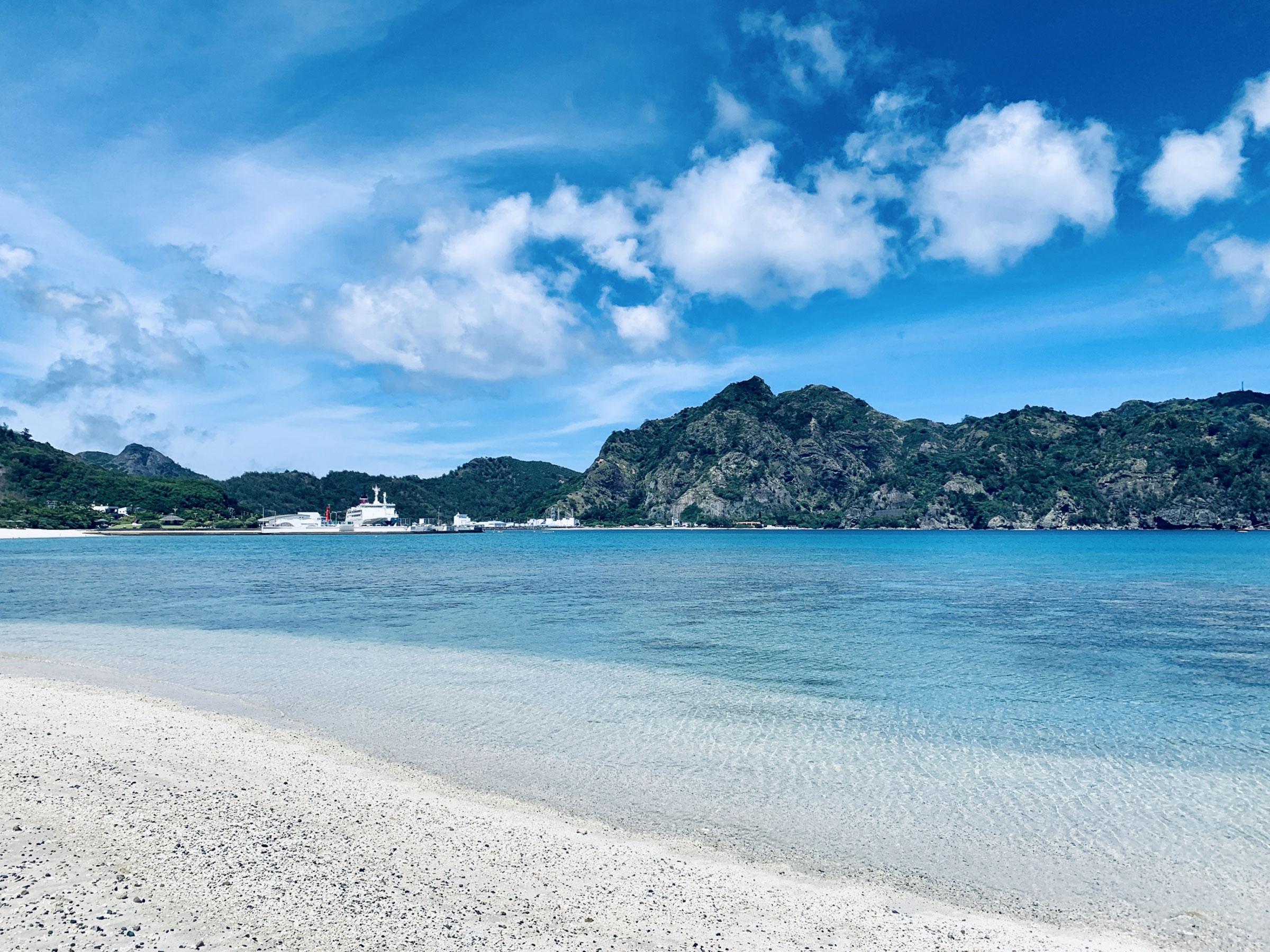 【東京都】夏の絶景・風物詩5選 澄んだ海と白浜が美しい離島のビーチ