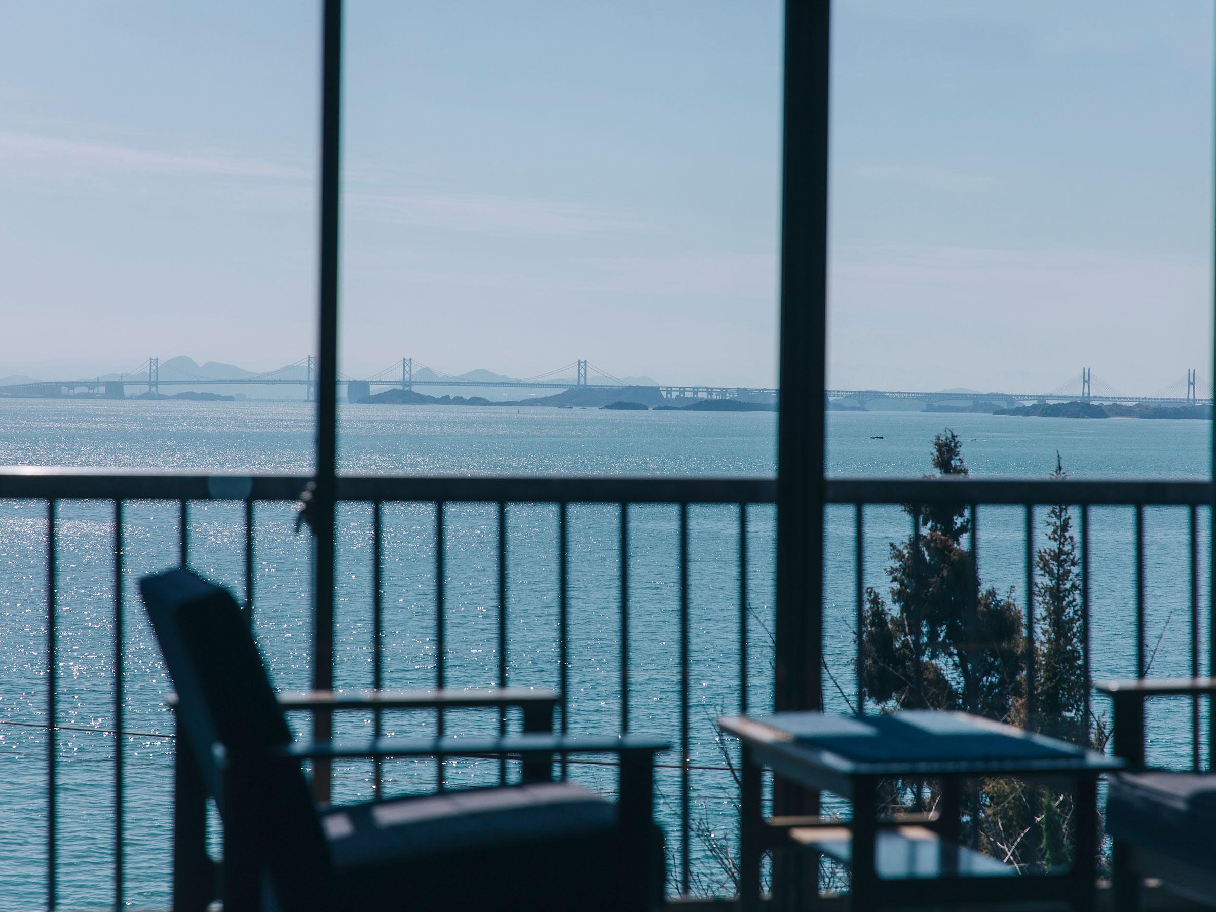 瀬戸内海の優しいブルーと調和する デニムに彩られた宿「float」