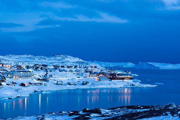 海に浮かぶ氷山とともに生きる グリーンランドのカラフルな街
