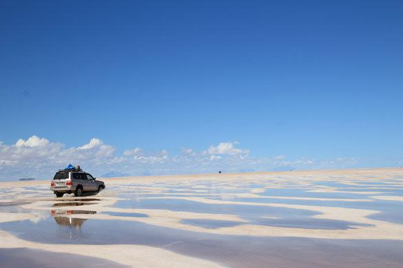 ウユニ塩湖に出現したレンソイスのような絶景! レンソイスは、テレビ番組の絶景ランキングで世界2位に選ばれたことがあるブラジルの白い砂漠だ。