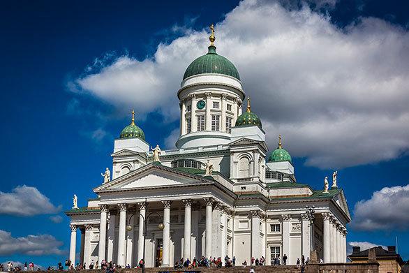 輝く真鍮の十二使徒像が屋根を飾る ヘルシンキ大聖堂は街のシンボル ...