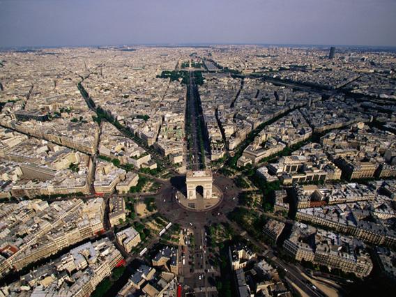 放射状に広がる花の都パリを空か...
