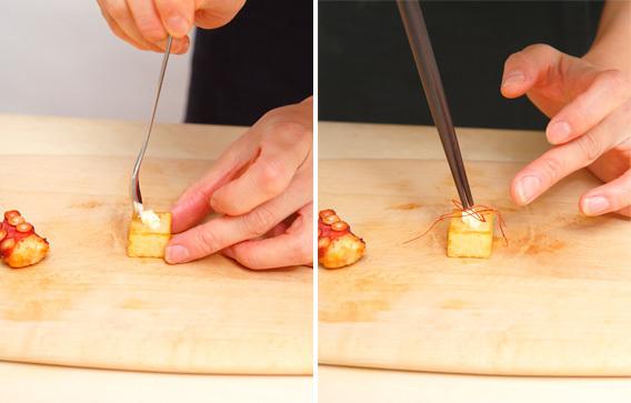(2) じゃがいもは2cm角ぐらいの角切りにし、塩水にさらして2分ほど蒸し、冷めたら水気を取って油で揚げる。