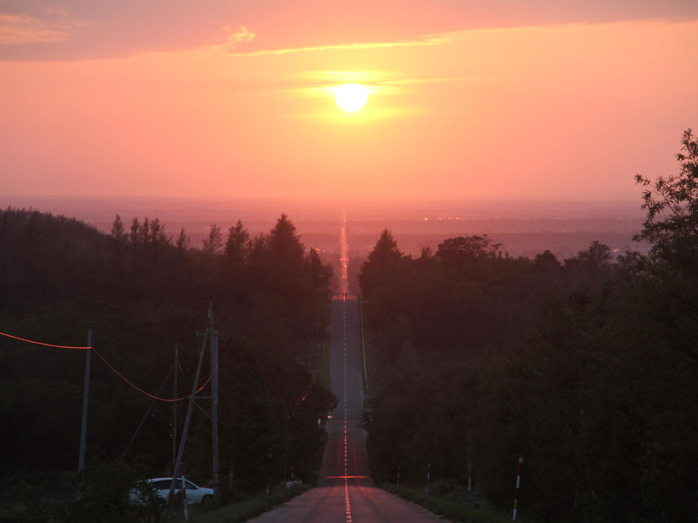 【北海道】夏の絶景・風物詩5選 夕陽に染まる天まで続く道